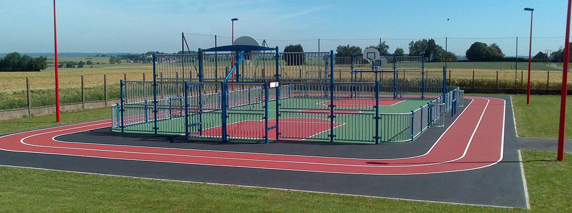 Terrain multisports avec couloirs d'athlétisme