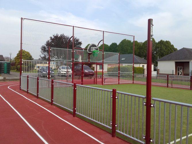 Multisports acier avec pare-ballons et piste d'athlétisme